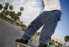 De Jongen die van de tiener Benen met een skateboard rijdt Stock Foto's