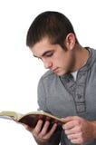 De jongen die van de tiener de bijbel leest Stock Foto's