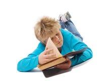 De jongen die van de tiener oud boek leest royalty-vrije stock fotografie