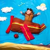 De jongen die van de zuigelingsbaby van de vliegeniershoed en uitrusting het vliegen dragen Royalty-vrije Stock Foto
