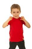 De jongen die van het kind aan zijn t-shirt richt Stock Fotografie