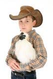 De jongen die van het land een kip houdt royalty-vrije stock afbeelding
