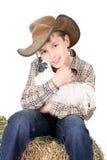 De jongen die van het landbouwbedrijf een kip houdt royalty-vrije stock afbeeldingen
