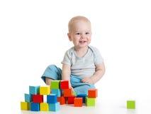 De jongen die van het peuterjonge geitje houten speelgoed spelen royalty-vrije stock afbeelding