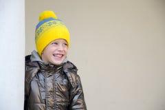 De jongen die van vier jaar een warme hoed dragen Stock Afbeeldingen