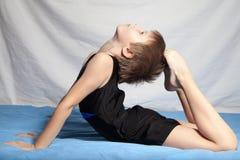 De jongen doet gymnastiek Stock Foto's