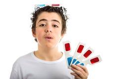 De jongen draagt 3D Bioskoopoogglazen op zijn hoofd en toont vier degenen i Stock Foto