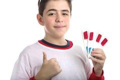 De jongen draagt 3D glazen en maakt succesteken die vier degenen tonen Royalty-vrije Stock Foto's