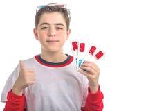 De jongen draagt 3D glazen en maakt succesteken die vier degenen tonen Stock Foto's