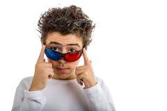 De jongen draagt het 3D Bioskoop rode en blauwe oogglazen glimlachen Stock Afbeeldingen