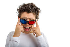 De jongen draagt het 3D Bioskoop rode en blauwe oogglazen glimlachen Stock Foto