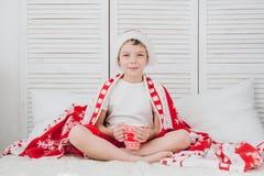De jongen drinkt cacao in een mok Royalty-vrije Stock Afbeelding