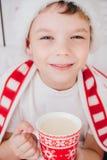 De jongen drinkt cacao in een mok Stock Fotografie