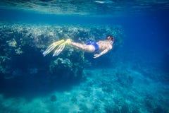 De jongen duikt in Rode overzees dichtbij koraalrif Royalty-vrije Stock Foto
