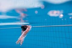 De jongen duikt in zwembad royalty-vrije stock afbeeldingen