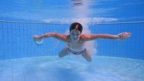 De jongen duikt in zwembad stock footage
