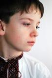 De jongen in een geborduurd overhemd royalty-vrije stock foto's