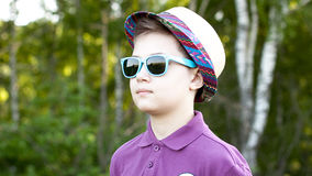 De jongen in een GLB en glazen Royalty-vrije Stock Fotografie