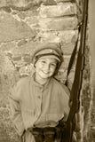 De jongen in een straat kleedt zich Royalty-vrije Stock Afbeeldingen