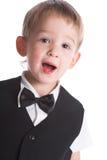 De jongen in een zwart kostuum Stock Foto's