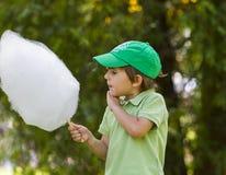 De jongen eet candyfloss stock afbeeldingen
