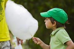 De jongen eet candyfloss royalty-vrije stock afbeelding