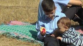 De jongen eet een appel stock video