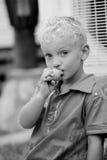 De jongen eet een roomijs Royalty-vrije Stock Fotografie