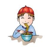 De jongen eet noedel Royalty-vrije Stock Fotografie