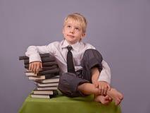 De jongen en de boeken. Royalty-vrije Stock Afbeeldingen
