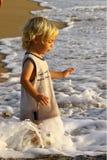 De jongen en de golven Stock Foto's
