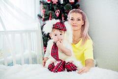 De jongen en de moeder van de baby Stock Afbeeldingen
