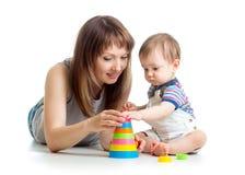 De jongen en de moederspel van de baby samen Royalty-vrije Stock Afbeeldingen