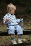 De jongen en de picknick van de baby Stock Afbeelding