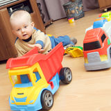 De jongen en de vrachtwagens van de baby Stock Foto