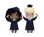De jongen en het meisje behalen gelukkig, in graduatiekappen en toga's, met diploma's, het glimlachen een diploma stock illustratie