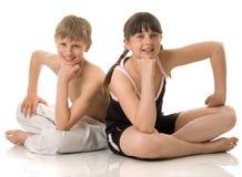 De jongen en het meisje bij sport royalty-vrije stock afbeeldingen