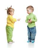 De jongen en het meisje die van kinderen roomijs eten Stock Afbeeldingen