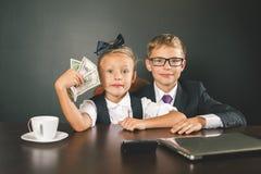 De jongen en het meisje hebben heel wat geld verdiend Stock Afbeelding