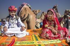De jongen en het meisje kleedden zich als prins en prinses bij Woestijnfestival in Rajasthan Stock Afbeeldingen