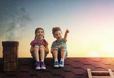 De jongen en het meisje maken een wens Stock Foto