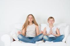 De jongen en het meisje mediteren Stock Fotografie