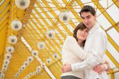 De jongen en het meisje omhelzen elkaar Royalty-vrije Stock Fotografie