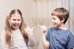 De jongen en het meisje tonen elkaar Stock Fotografie