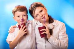 De jongen en het meisje van een kop wordt gedronken die royalty-vrije stock fotografie