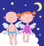 De jongen en het meisje van engelen bij nacht onder de maan. Royalty-vrije Stock Foto's