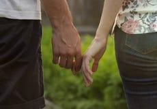 De jongen en het meisje worden gehouden in hand Vector Illustratie