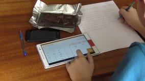 De jongen en de Tablet stock video