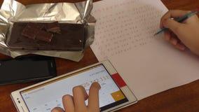 De jongen en de Tablet stock videobeelden