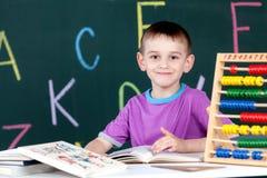 De jongen gaat naar de eerste klasse stock fotografie